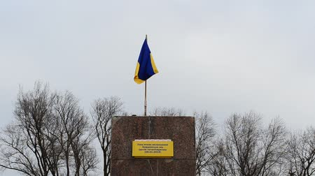 sosyalizm : Ukrainian flag. The demolished monument to Lenin in Berdyansk (Zaporozhskasya area), Ukraine.
