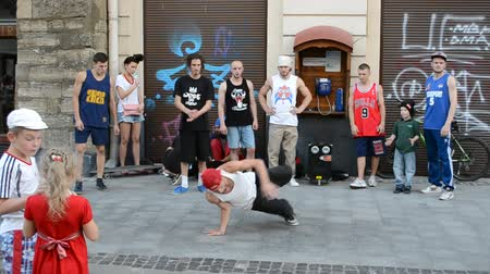 biodro : LVIV, UKRAINE - JULY 10, 2014: Street dancers. Wideo