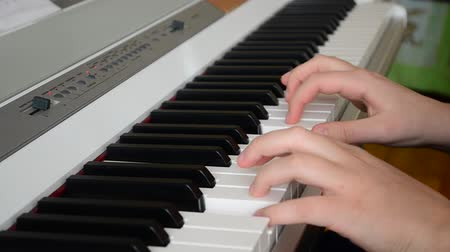 muziekinstrument : De pianist speelt de piano Stockvideo