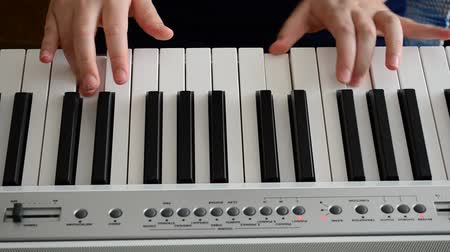 klasiek : De pianist speelt de piano Stockvideo
