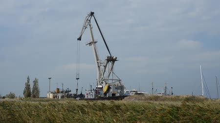 hull : The crane by the ship