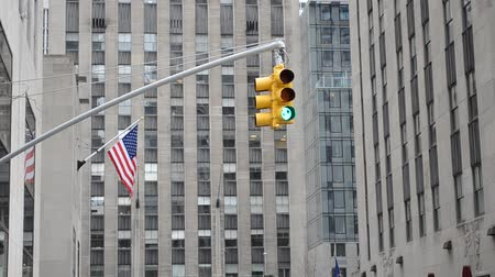 âmbar : New York. Traffic lights and flag of the USA, against skyscrapers. Vídeos