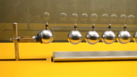 tensão : Pendulum, experiment on physics. Fluctuations of spheres.