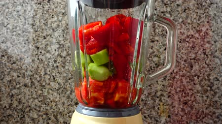 hortelã pimenta : Filling in the blender of cucumbers and bulgarian pepper. Preparation of Gazpacho in the blender.