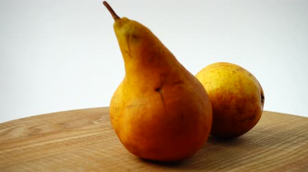 груша : Pears on a wooden kitchen board. Shooting in the movement.