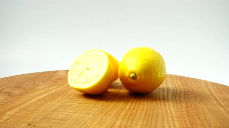 frutoso : Lemons on a wooden board. Healthy food. Vídeos