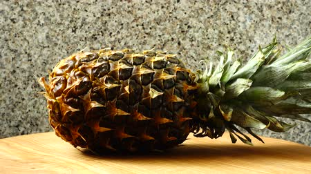 utensílio : Pineapple shooting in the movement. Healthy food. Vídeos
