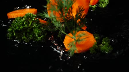 erva doce : Falling of carrots, parsley and fennel. Slow motion. Vídeos