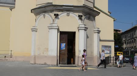 bater : LVIV, UKRAINE - JILY 5, 2014: People come to church and leave. Stock Footage