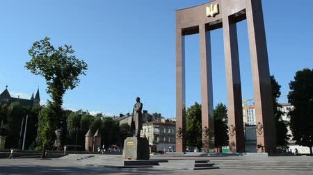 герои : LVIV, UKRAINE - JULY 5, 2014: Stepan Bandera monument. Monument was built in 2004-2007 by Mykola Posikira and Mykhailo Fedko.