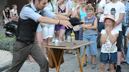 büyücü : LVIV, UKRAINE - JULY 5, 2014: The street conjurer.