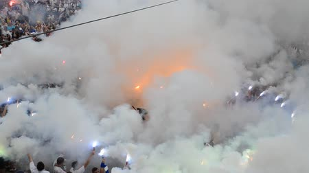 politikacı : LVIV, UKRAINE - JULY 22, 2014: Fans of soccer Stok Video