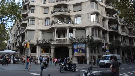 surrealismo : BARCELONA, SPAIN - OCTOBER 18, 2013: Casa Mila or La Pedrera exterior with lots of curves, Barcelona, ??Spain.