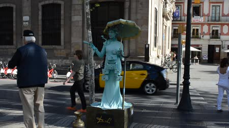 vivo : BARCELONA, SPAIN - OCTOBER 18, 2013: Human statue, Barcelona.