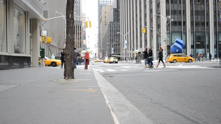 Бродвей : NY, USA - APRIL 5, 2014: Crosswalk. Cars come out to streets, move on streets. People and pedestrians. New York, USA. Стоковые видеозаписи
