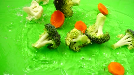 karnabahar : Vegetable mix from cauliflower, broccoli and carrots. Slow motion. Stok Video