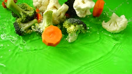 brocoli : Plantaardige mix van bloemkool, broccoli en wortels. Slow motion. Stockvideo