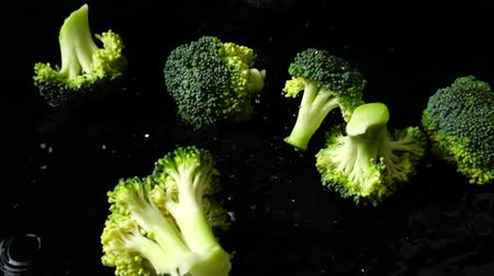 капуста : Falling of pieces of broccoli. Slow motion. Стоковые видеозаписи