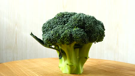 brócolis : Shooting of broccoli in the movement. Cuttig board.