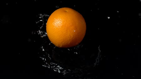 pomarańcza : Falling of orange in water. Slow motion.