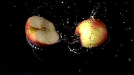 dilimleri : Apple falls in water. Slow motion. Stok Video