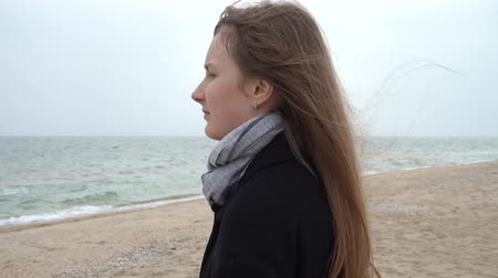 пальто : The girl looks at the sea