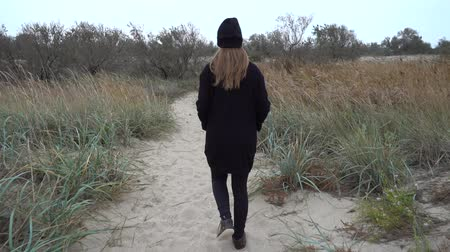 desert life : The girl goes on a footpath. Stock Footage