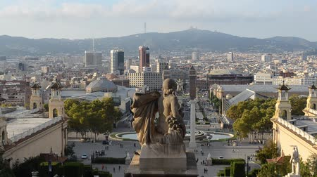 мощеный : Barcelona cityscape - aerial view seen from Montjuic hill. Стоковые видеозаписи