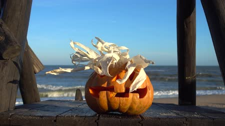 dişlek : Spooky halloween pumpkin. Shooting against the background of the sea. Sea and waves. Shooting in October.