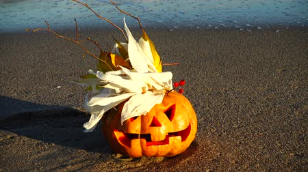 dişlek : Spooky halloween pumpkin. Shooting on the beach. Sea and waves. Shooting in October.