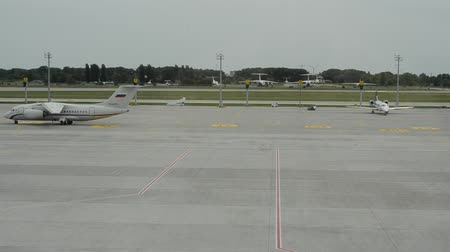 estacionário : The plane at the airport Vídeos