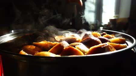 kerts : Gestoofd fruit koken. Slow motion. Compote kookt in een pan. Stockvideo