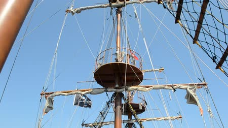 lanoví : Piracy flag on a ship mast.