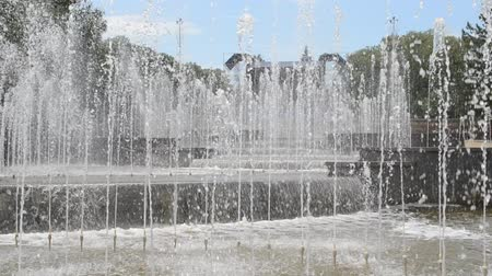 наводнение : Fountain streams in the summer.