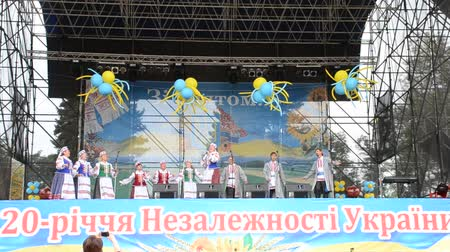 korale : Dances of the Ukrainian on the stage in the park.