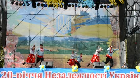 hímzés : Dances of the Ukrainian on the stage in the park.