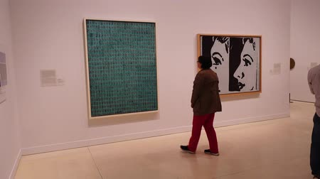lenda : Exibition Andy Warhol Warhol. Mechanical Art. Madrid. MADRID, SPAIN - APRIL 05, 2018: Visitors in the CaixaForum Madrid consider these pictures at Andy Warhol Warhol. Mechanical Art.