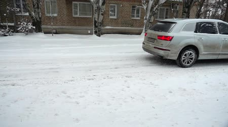 soğuk : Blizzard in the city. Movement of a car along the snow-covered road. Slow motion.