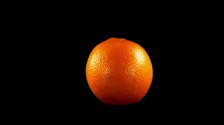 изобилие : Oranges on a black background. Shooting in the movement.
