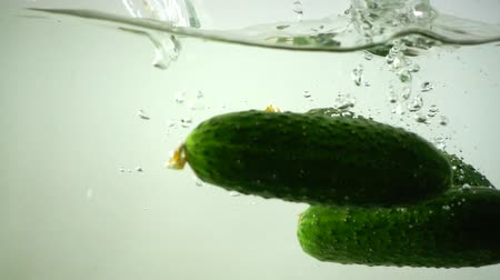 pepino : Cucumbers fall in water. Slow motion. Vídeos