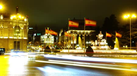 kašna : Cibeles fountain in Madrid. Night traffic in Madrid. Time lapse.