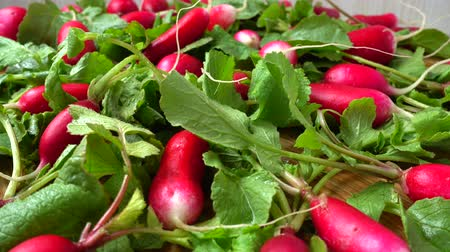 rabanete : Radish fruits on a cutting board.