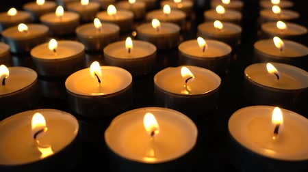 castiçal : Candles on a black background.