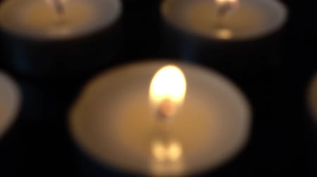 memória : Candles on a black background.