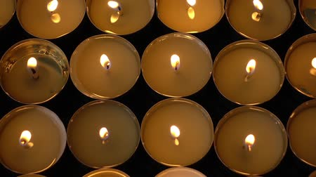 karanlık : Candles on a black background.
