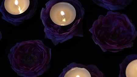 świecznik : Roses and candles on a black background.
