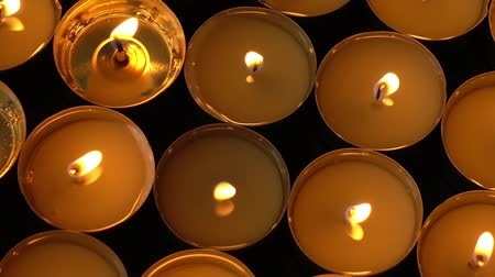 velas : Candles on a black background.