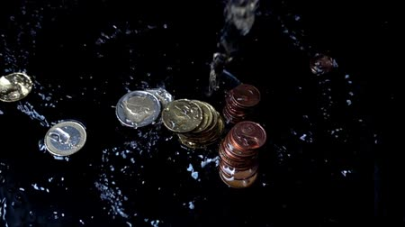 cent : The water jet falls on coins. Slow motion. Stock Footage