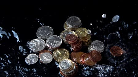 kuruş : The water jet falls on coins. Slow motion. Stok Video