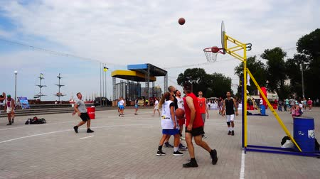дичь : UKRAINE, BERDYANSK - JULY 6, 2019: Public competitions in Streetball. Slow motion. Стоковые видеозаписи